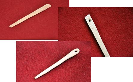 Tre bilder av nålen; en trästicka, samma sticka med hål och så en färdig nål