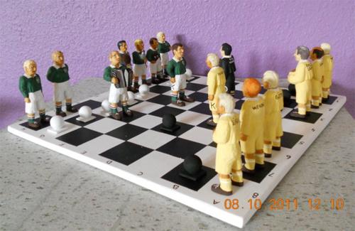 Täljda fotbollspelare som pjäser på schackbräde