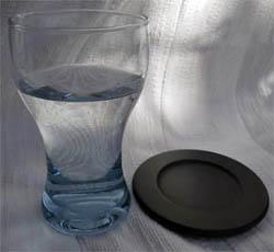 Vattenglas med svart glasunderlägg
