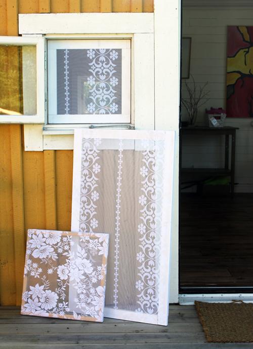 tre fönster med myggnär av spets